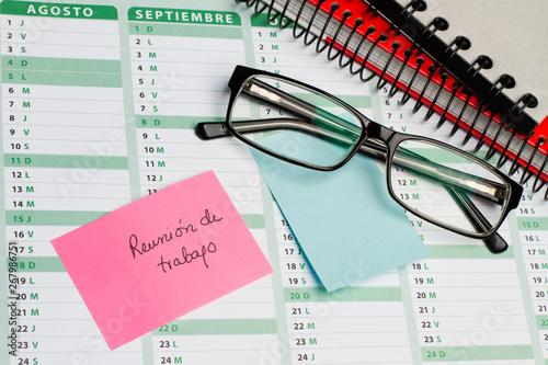 Calendario Con Note.Post It Con Reunion De Trabajo Sobre Calendario Con Gafas Y