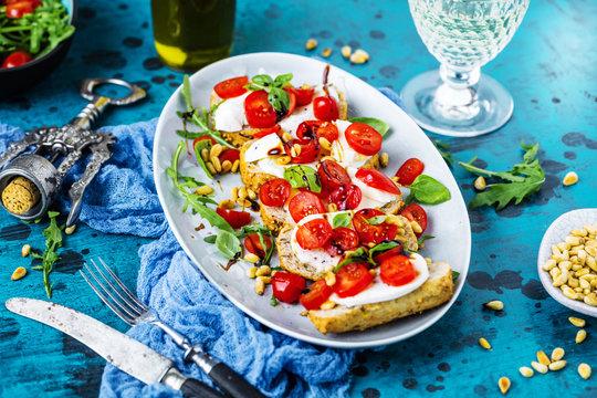 Bruschetta mit Kirschtomate und Mozzarella