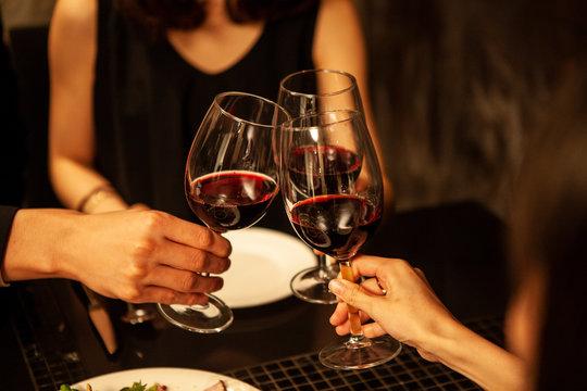 赤ワインで乾杯をする男女