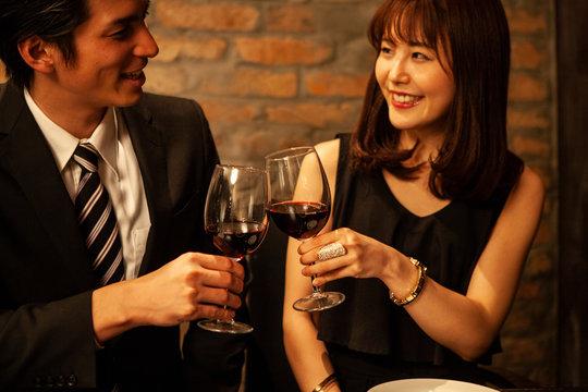 仲良く乾杯をするカップル