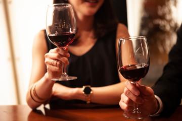 バーで楽しく会話するカップル