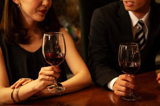 ワイングラスと女性の手元