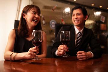 おしゃれなバーで同窓会を楽しむ男女