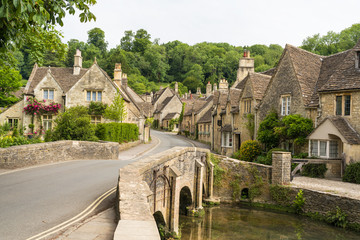 Village of Castle Combe, Wiltshire, UK. Bridge over River Bybrook Fotomurales