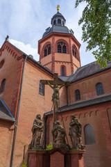 Kruzifixgruppe hinter der Einhardsbasilika in Seligenstadt