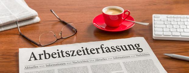Zeitung auf Schreibtisch - Arbeitszeiterfassung