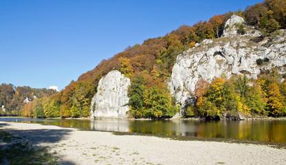 Donauufer im Herbst, mit Befreiungshalle, Kehlheim, Deutschland