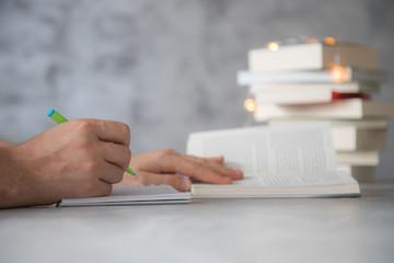 Obraz Zapisywanie notatek z książki - fototapety do salonu