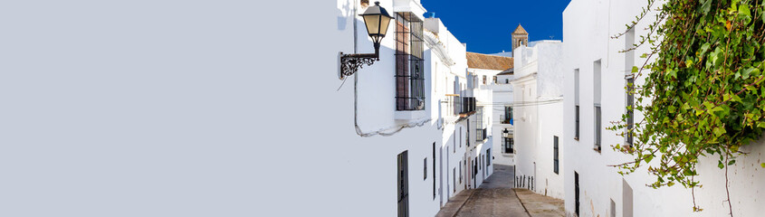 Montage in der Fensternische Schmale Gasse Horizontal cropped image narrow street of Vejer de la Frontera spanish picturesque village, popular hilltop town municipality in province of Cadiz, Costa de la Luz, Spain