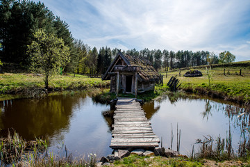 Fototapeta Skromny drewniany domek na wsi obraz