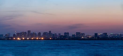 千葉から見た東京湾越しのビル群と夕暮れ