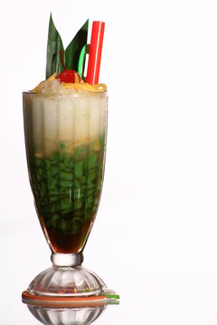 Es Cendol, Cendol is an iced sweet dessert that contains droplets of worm-like green rice flour jelly, coconut milk and palm sugar syrup.