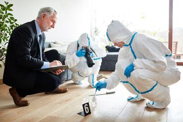 Polizei bei Spurensicherung nach Überfall - fototapety na wymiar