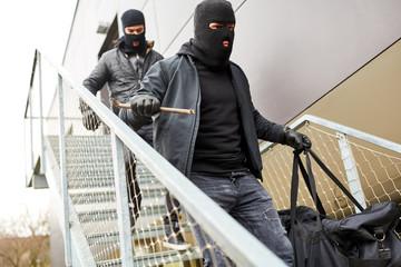 Einbrecher flüchten mit Beute über Treppe