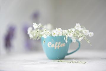 Kaffeetasse und Blumen