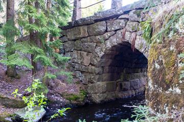 Photo sur Aluminium Rivière de la forêt Stone, an old bridge over the river. Bridge in the forest of Finland.