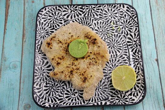 Escalope milanaise, tranche de citron sur une assiette