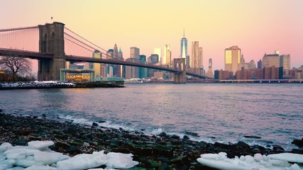 Fototapete - Panoramic view of Brooklyn bridge and Manhattan at sunrise, New York City.