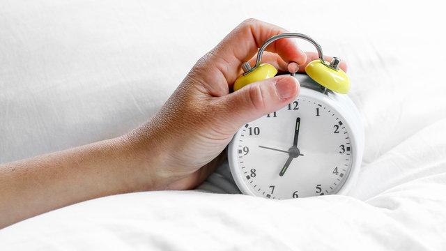 réveille-matin sur l'oreiller
