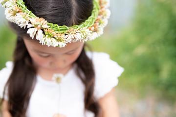 シロツメクサの冠をかぶった女の子