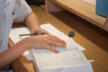 試験勉強をする中学生 / 受験イメージ