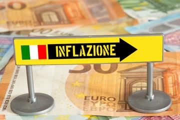 Euro Geldscheine und ein Schild mit dem Hinweis auf Inflation in Italien