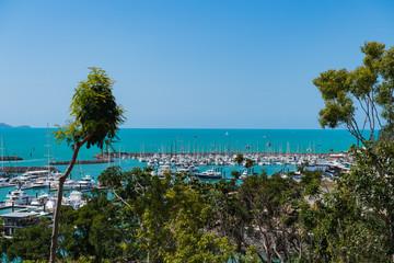 Blick aus dem Hotelzimmer, über einen Yacht-Hafen, auf das türkis-farbene Meer