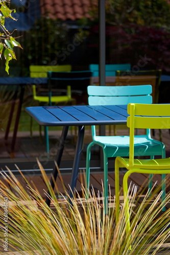 Terrasse et salon de jardin coloré\