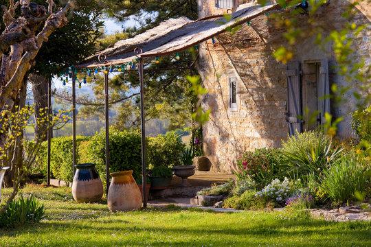 Tonnelle et terrasse dans un jardin en France