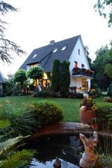 Haus Einfamilienhaus Garten Sommernacht romantisch