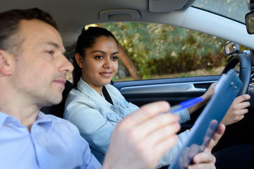 young woman having driving lesson in car Fototapete