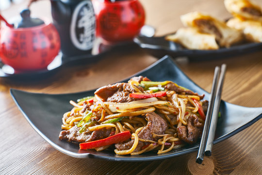 asian stir fried noodles with beef peppers and onions