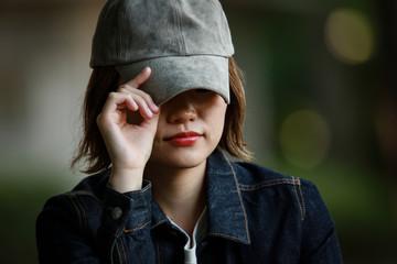 帽子を深く被る女性