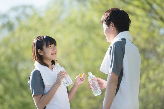水分補給をするカップル