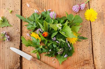Fototapeta Wildkräutersalat Salat Wildkräuter essbare Blüten Blüte obraz
