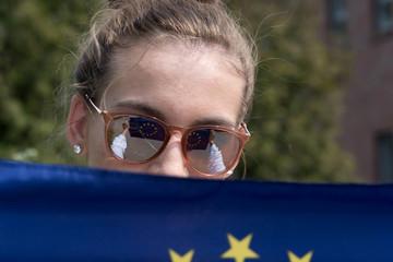 Eine junge Frau und die Flagge der Europäischen Union EU