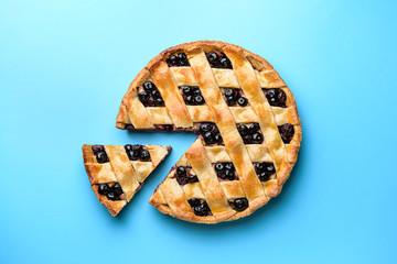 Fototapeta Tasty blueberry pie on color background obraz