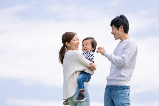 若い家族、青空背景