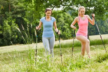 Zwei Freundinnen beim Nordic Walking