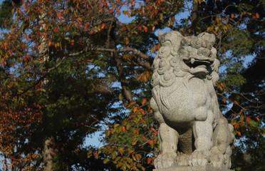 神社の狛犬と紅葉