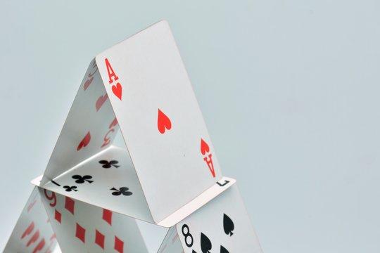 As de corazones en la cúspide de una construcción de cartas de poker