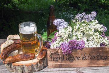 """Text""""Fröhlichen Vatertag"""" auf Holz mit Bratwurst und Bier"""