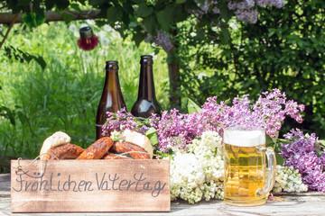 """Text """"Fröhlichen Vatertag"""" mit Bratwurst und Bier vom Grill"""