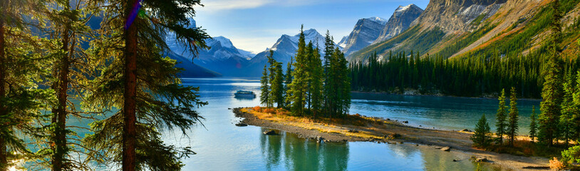 Panorama view Beautiful Spirit Island in Maligne Lake, Jasper National Park, Alberta, Canada Wall mural