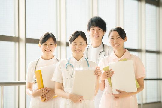 病院で微笑む看護師