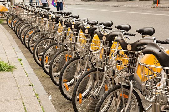 Bicicletas en alquiler, aparcadas.
