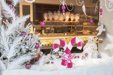 Vitrine d'une boulangerie, décorée avec des peintures pour les fêtes de Noël et de fin d'année