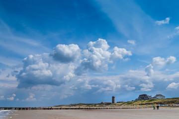 Himmel und Wolken über Strand in Domburg