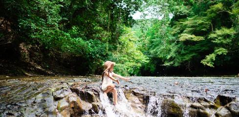 川遊びをする女の子