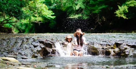 川で遊ぶ母と娘